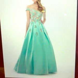 Gorgeous Prom dress worn once mint green w/pockets